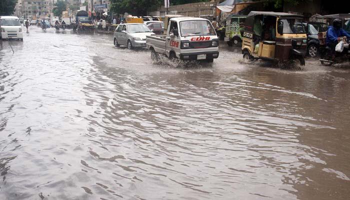 کراچی میں رات بھر طوفانی بارش،سڑکوں پر پانی جمع