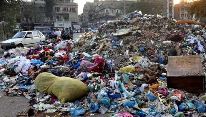 کراچی : بارش  کے بعد کیچڑ، آلائشوں کے ڈھیر  لگ گئے