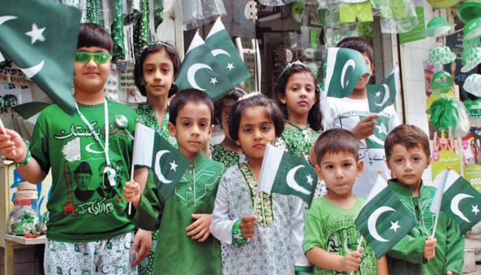 جشنِ آزادی کے بعد قومی پرچم کا احترام