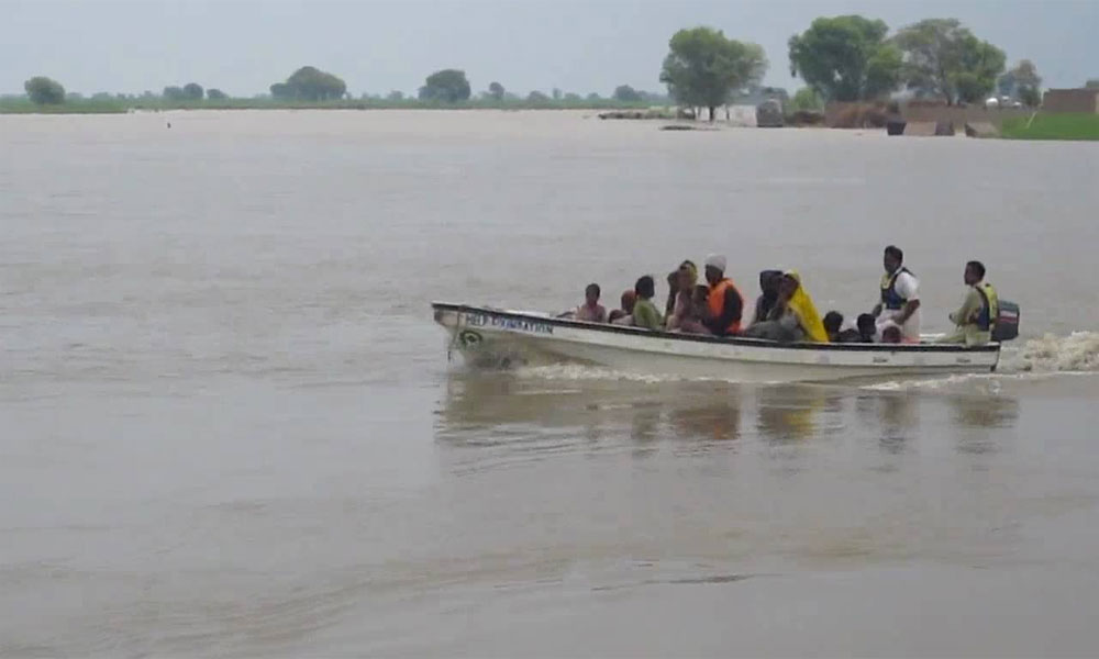 کوٹ مٹھن کے قریب دریائے سندھ میں سیلابی ریلہ