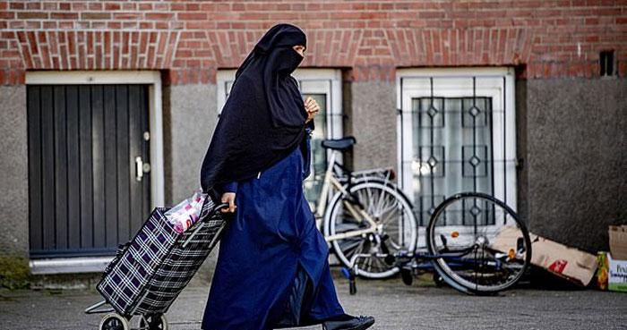 نیدر لینڈ میں برقعہ پہنی خاتون کو بس سے اتار دیا گیا