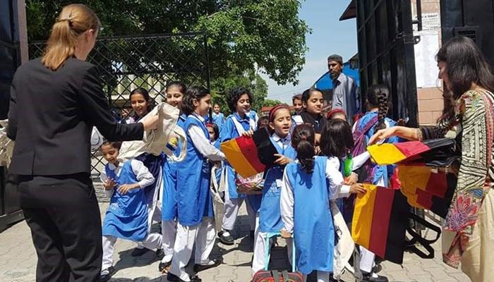 اسلام آباد میں کپڑے کے تھیلے تقسیم