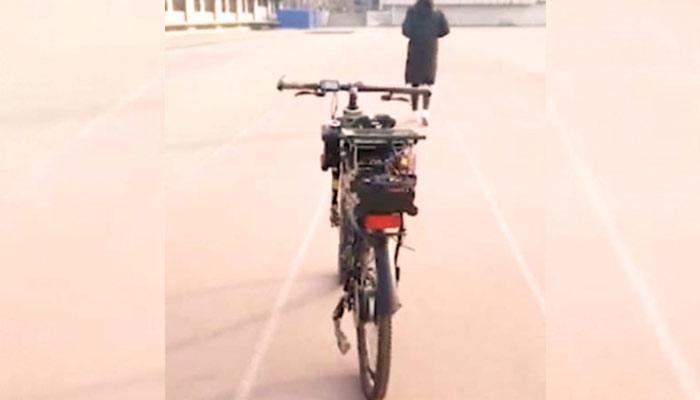 سوار کے بغیر دوڑنے والی سائیکل
