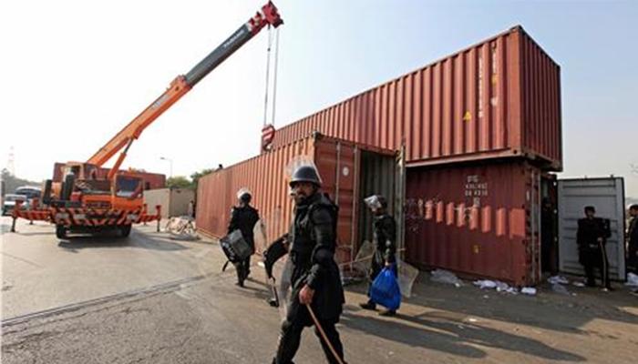 کراچی، کنٹینرز ہٹا کر بند راستوں کو کھول دیا گیا