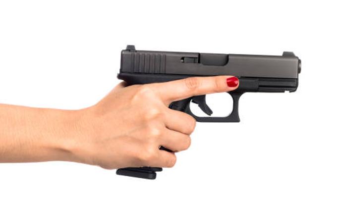 کراچی، ماں نے 3 سالہ بیٹی کو گولی مار دی