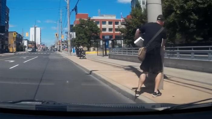 ڈرائیور کو گھورنے والاراہگیر کھمبے سے جا ٹکرایا