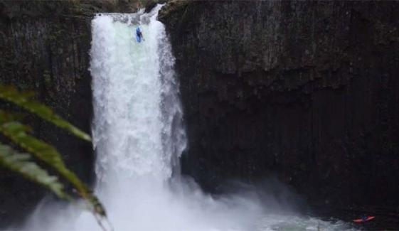 Daredevil Man Kayaking On 90ft Waterfall Us