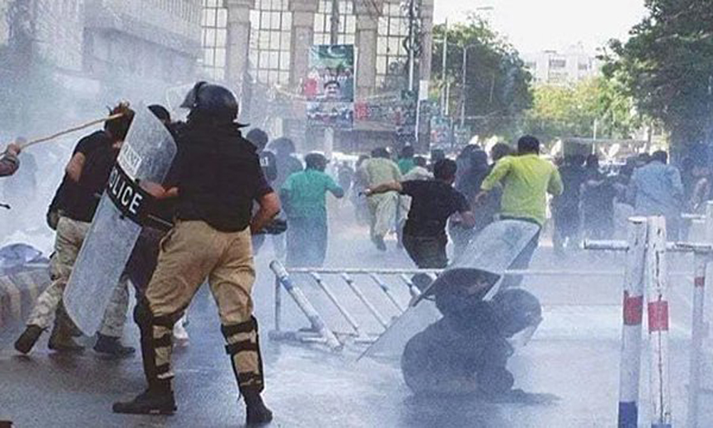 کراچی: وزیرِ اعلیٰ ہاؤس جانے والے اساتذہ پر لاٹھی چارج