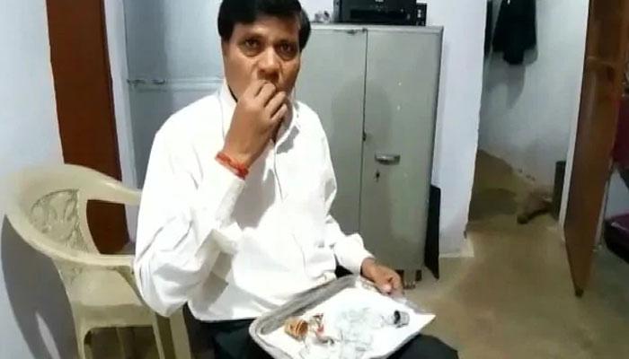 بھارتی وکیل کو کانچ کھانے کا شوق