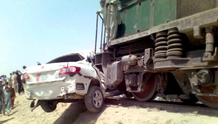 گجرات، کار ٹرین کی زد میں آنے سے 3 افراد جاں بحق