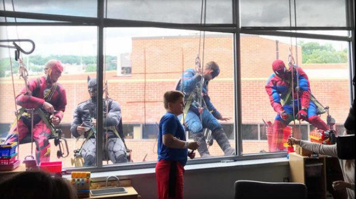 سپر ہیرو اسپتال کی کھڑکیاں صاف کرنےمیں مصروف