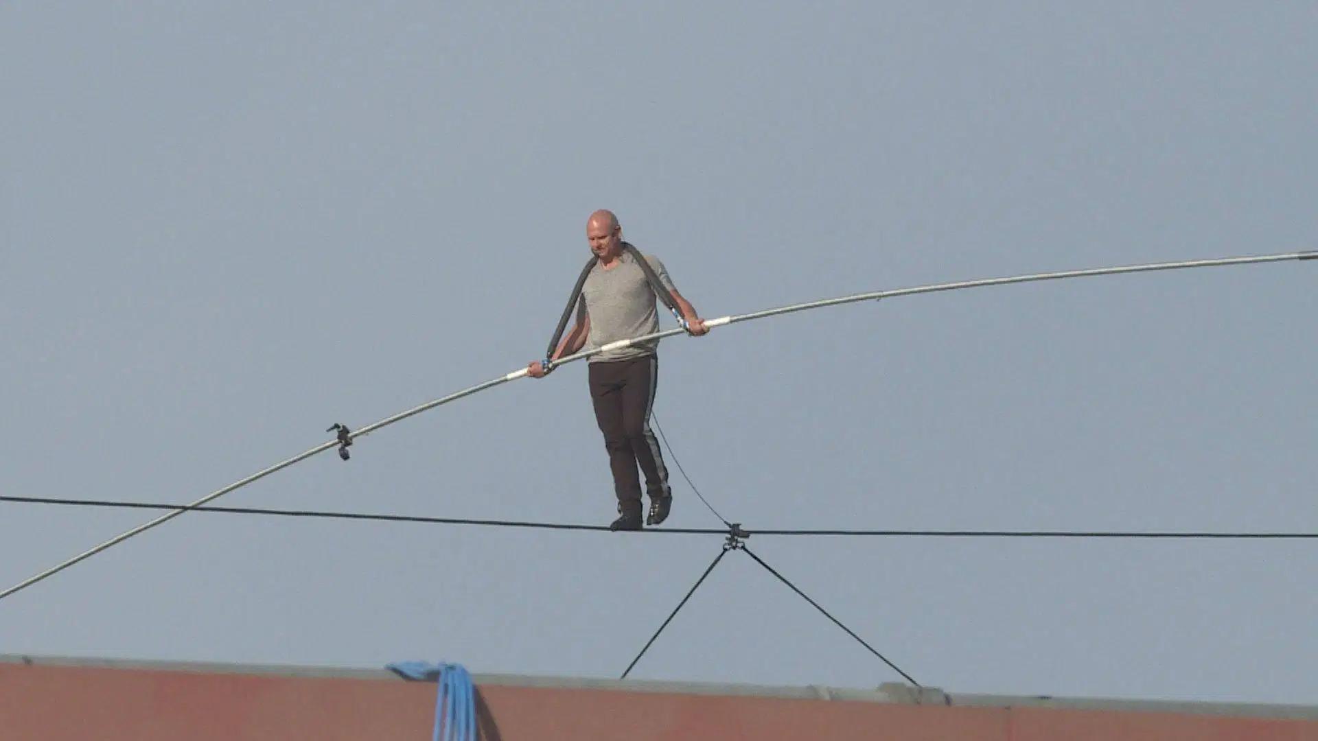 خطروں کے کھلاڑی کا رسی پر چلنے کا شاندار مظاہرہ