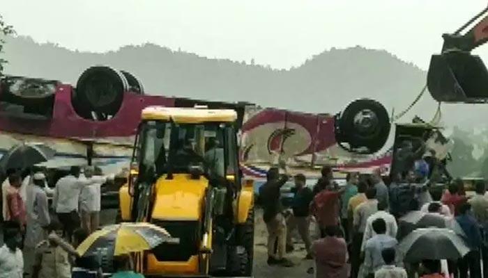 بھارت میں مسافر بس الٹ گئی، 21 افراد ہلاک
