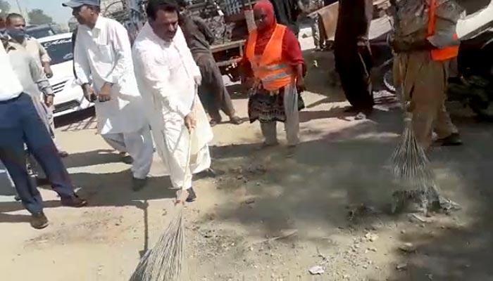 نواب خان وسان نےصفائی مہم میں خود جھاڑو اٹھا لی