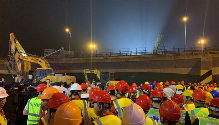 چین:  پُل گرنےسے متعدد گاڑیاں ملبے تلے دب گئیں