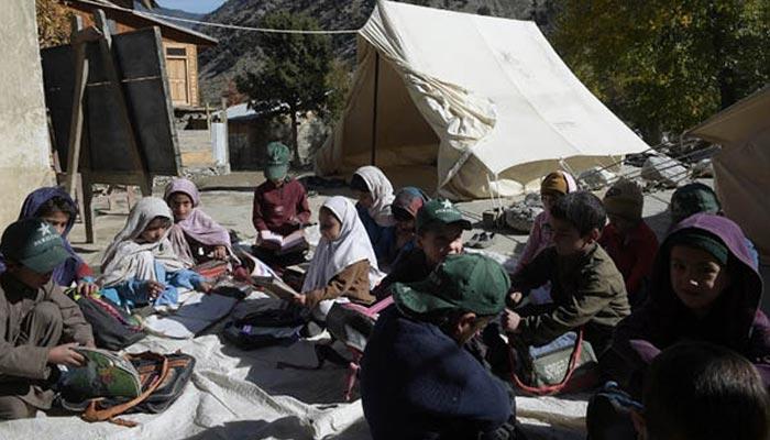 قبائلی ضلع خیبر میں طلبہ آسمان تلے تعلیم حاصل کرنے پر مجبور