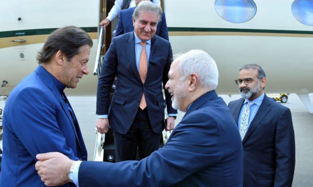 وزیرِ اعظم تہران پہنچ گئے، جواد ظریف نے استقبال کیا