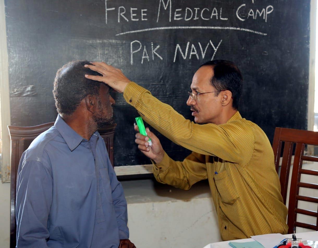 کراچی: پاک بحریہ کا عبدالرحمٰن گوٹھ میں مفت آئی کیمپ