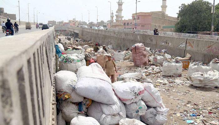 'لیاقت آباد فلائی اوور' جہاں زندگی کے رنگ کسی اور ڈھنگ میں نظر آتے ہیں