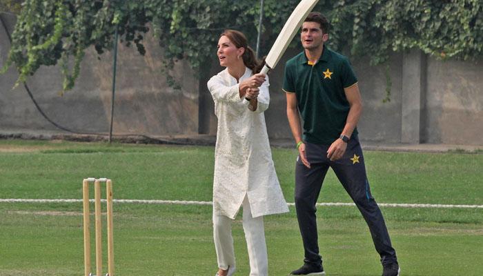 شاہی جوڑے نے قومی کرکٹرز کے ساتھ کرکٹ کھیلی