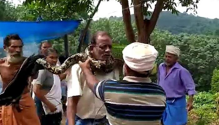 بھارتی شخص کو اژدہا پکڑنا مہنگا پڑگیا