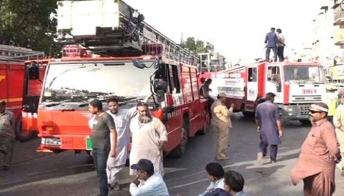 کراچی:فائر رسک الائونس کی ادائیگی، فائرفائٹرز کا احتجاج