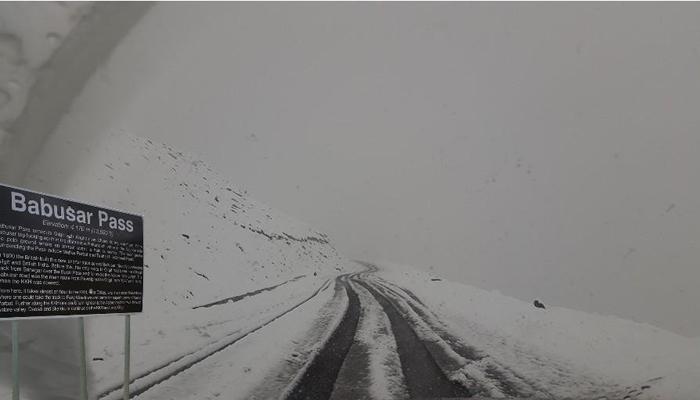 بابو سر ٹاپ پر برفباری، سڑک ٹریفک کیلئے بند