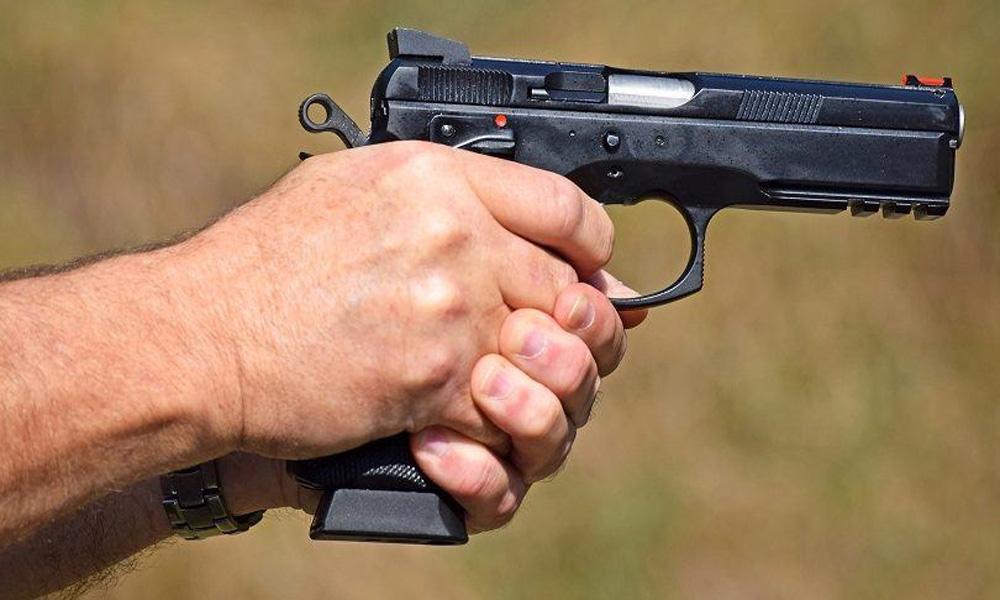 کراچی: پولیس اہلکار کی فائرنگ سے نوجوان زخمی