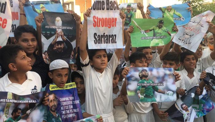 سرفراز احمد کی برطرفی کے خلاف انکی رہائش گا کے باہر مظاہرہ