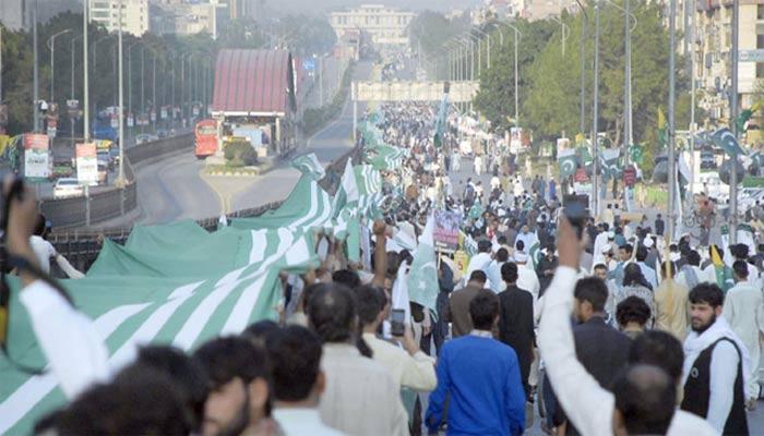 کشمیر ملین مارچ میں 5 کلو میٹر طویل آزاد کشمیر کا جھنڈا