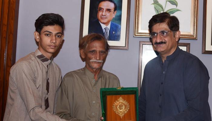 وزیراعلیٰ سندھ کا طالبعلم انس حبیب کیلئے کتاب کا تحفہ
