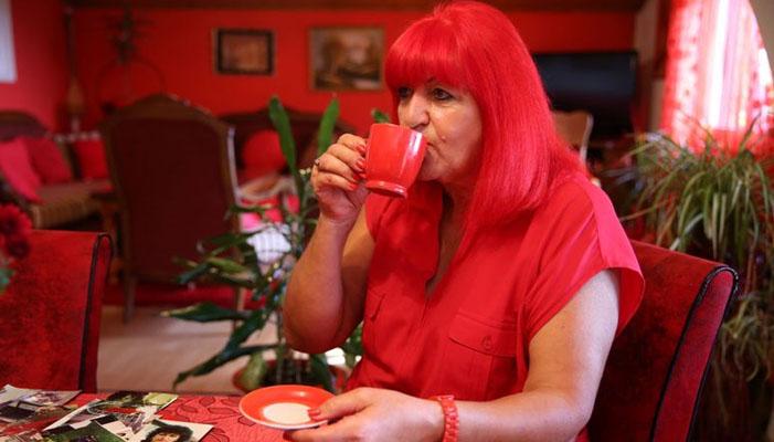 40 سال سے سرخ رنگ پہننے والی خاتون