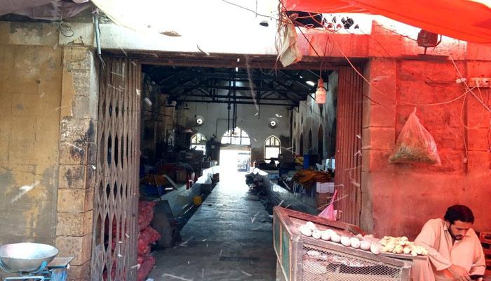 لی مارکیٹ کا خاموش گھنٹہ گھر جس کی سوئیاں اب ساکت ہیں