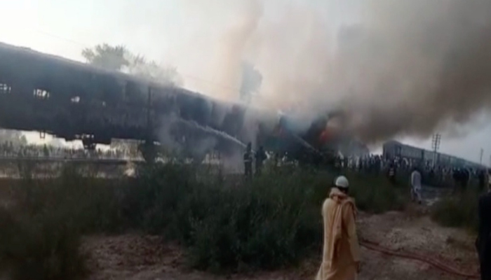 رحیم یار خان: تیز گام ایکسپریس میں آتشزدگی،  65 افراد جاں بحق