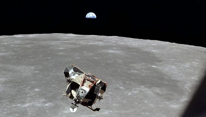 چاند کی طرف سفر اتنا متنازع کیوں؟