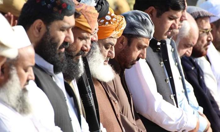 فضل الرحمان نے آخری صف میں نماز جمعہ ادا کی