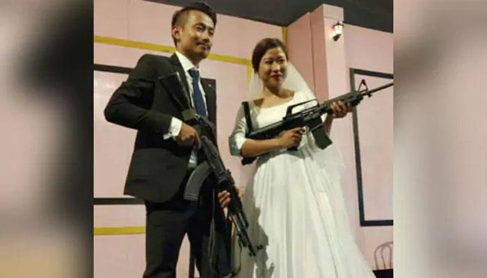 بھارت: باغی ناگا لیڈرکے بیٹےنے اپنی شادی پر رائفل لہرادی