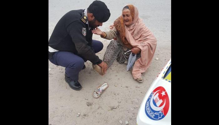 بوڑھی خاتون کی مدد کرنے والا نوجوان پولیس اہلکار