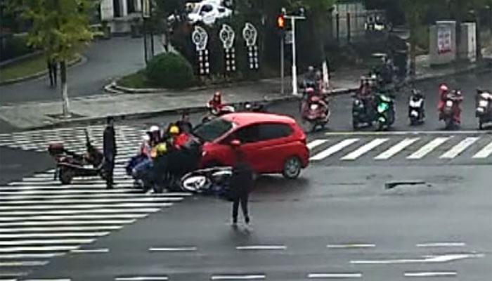 کار کے نیچے پھنسی لڑکی کو بروقت نکال کر بچالیا گیا