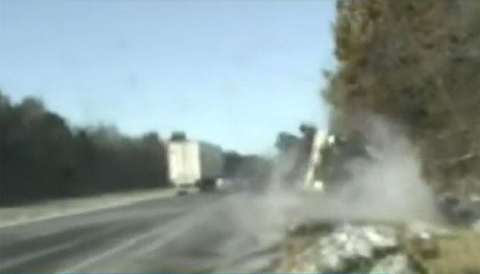 امریکا: برفباری سے سڑک پر پھسلن، ٹرک اُلٹ گیا