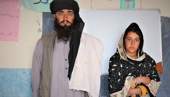 بیٹیوں کی تعلیم کے خاطر روزانہ 12 کلو میٹر سفر کرنے والا باپ