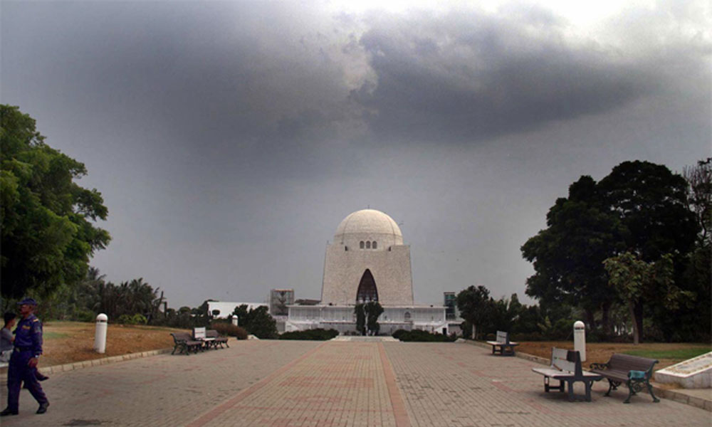 شہرِ قائد میں کالے بادلوں کے ڈیرے، ہلکی بارش کا امکان