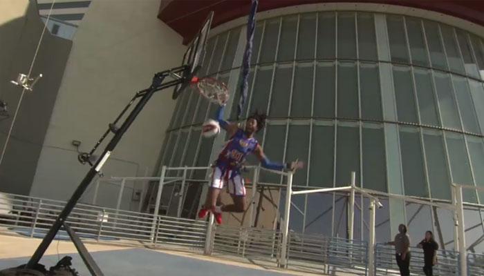 امریکی کھلاڑی کا 13ہزار فٹ بلندی سے بال باسکٹ کرنے کا مظاہرہ