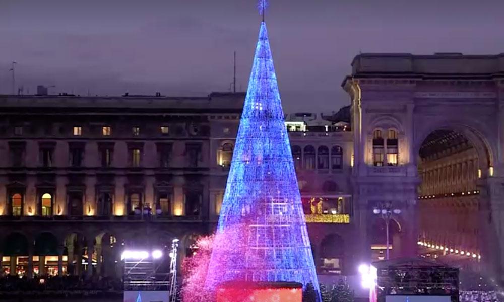 میلان میں ایکو فرینڈلی 121فٹ بلند کرسمس ٹری روشن