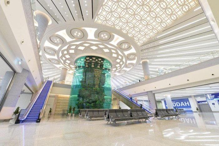 جدہ کے ہوائی اڈے پر وسیع وعریض ایکوریم کی تنصیب