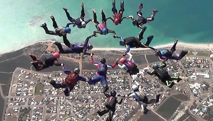 آسٹریلیا میں 15خواتین کی ایک ساتھ اسکائی ڈائیونگ