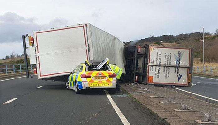 برطانیہ میں تیز ہواؤں کےساتھ بارش، ٹرک پولیس کار پر الٹ گیا