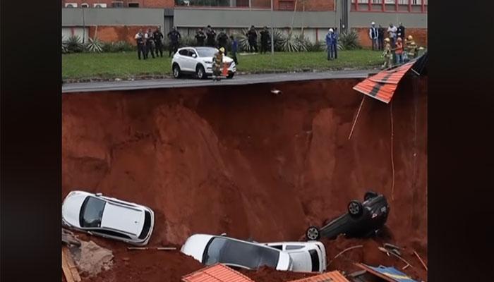 برازیل: کئی فٹ گہرے اور چوڑے گڑھے نے چارگاڑیوں کو نگل لیا!
