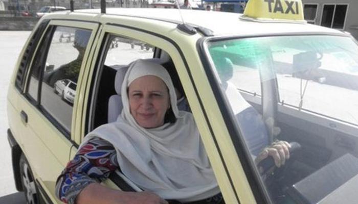 باہمت ٹیکسی ڈرائیور خاتون کی تعلیم یافتہ بیٹیاں