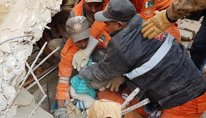 سکھر ، گرنے والی عمارت کے ملبے سے 5 سالہ بچی کو زندہ نکال لیا گیا